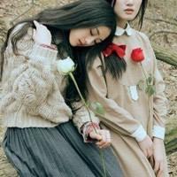 手拿鲜花的幸福女生qq头像_www.qqtu8.net